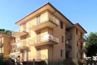 In piccola palazzina 3 locali angolare con grandi balconi.