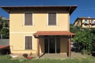 In villa trifamiliare ampio alloggio con giardino angolare.