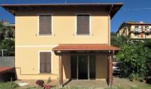 In villa trifamiliare ampio alloggio con giardino angolare. a  per